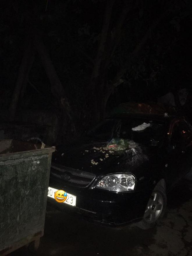 Đỗ xe chắn bãi rác, tài xế ô tô chắc sẽ hoảng hồn với thứ nhầy nhụa trên nắp ca - pô-1