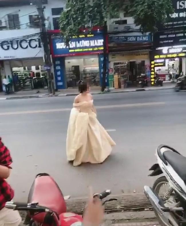 Cô gái trẻ hớt hải xách váy chạy bộ cả kilomet, hỏi thăm đến lễ cưới người yêu cũ chỉ để được nhìn anh mỉm cười lên xe hoa-1