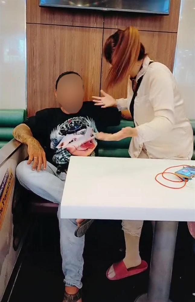 Người phụ nữ xăm trổ quay TikTok trong quán ăn nhưng hành động cuối clip khiến dân mạng bất bình lên án-2