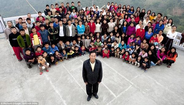 Cuộc sống bên trong căn nhà 100 phòng của cụ ông lấy 39 vợ: Đại gia đình ăn 30 con gà, 60kg khoai tây và 1 tạ gạo một buổi tối-1
