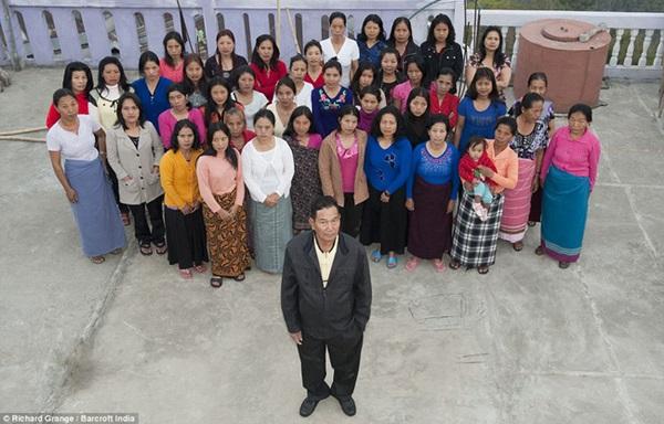 Cuộc sống bên trong căn nhà 100 phòng của cụ ông lấy 39 vợ: Đại gia đình ăn 30 con gà, 60kg khoai tây và 1 tạ gạo một buổi tối-3