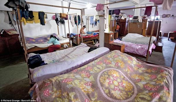 Cuộc sống bên trong căn nhà 100 phòng của cụ ông lấy 39 vợ: Đại gia đình ăn 30 con gà, 60kg khoai tây và 1 tạ gạo một buổi tối-6