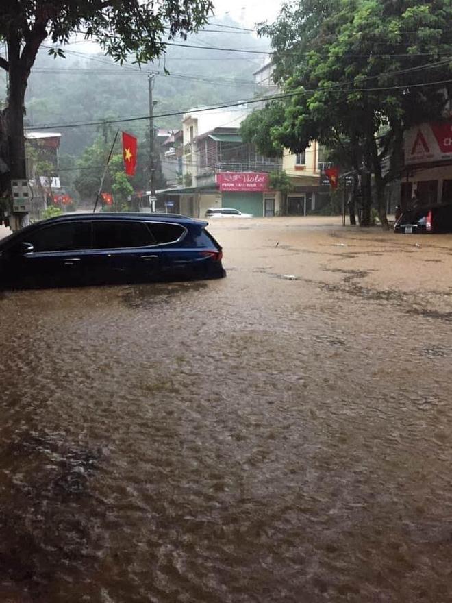 Mưa lớn, nước chảy cuồn cuộn, ngập sâu tới cả mét ở Hà Giang, clip và ảnh liên tục được chia sẻ-5