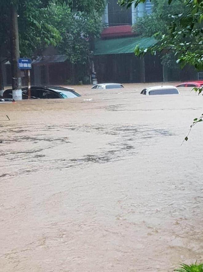 Mưa lớn, nước chảy cuồn cuộn, ngập sâu tới cả mét ở Hà Giang, clip và ảnh liên tục được chia sẻ-6