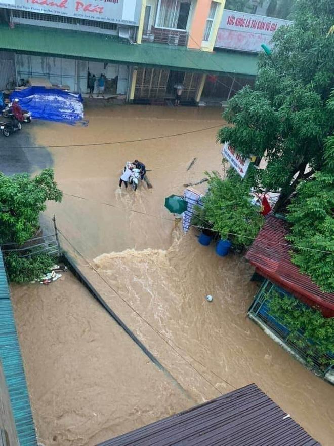 Mưa lớn, nước chảy cuồn cuộn, ngập sâu tới cả mét ở Hà Giang, clip và ảnh liên tục được chia sẻ-7