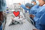 Thông tin mới nhất của cặp song sinh được tách rời: Bé Diệu Nhi đã cai máy thở, phản xạ tốt khi nghe giọng cha mẹ-3