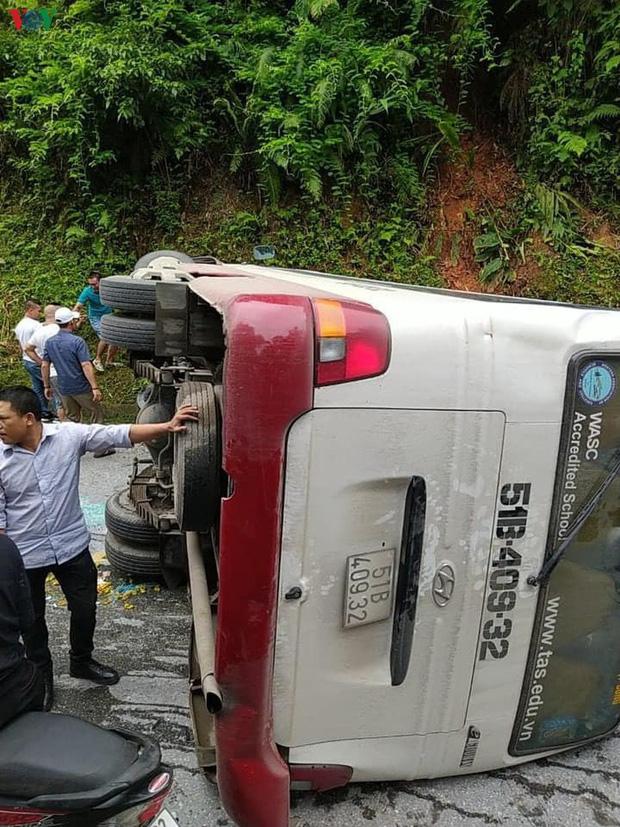 Xe khách chở gần 30 người lật ngang đèo tại Lào Cai-1