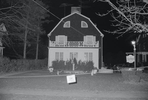 Bức ảnh chụp bé trai bí ẩn tại ngôi nhà từng xảy ra vụ thảm sát gia đình 6 người nổi tiếng nước Mỹ gây ám ảnh và tranh cãi dữ dội-1
