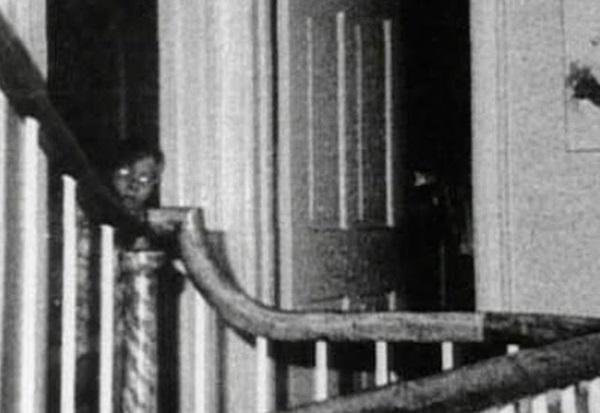 Bức ảnh chụp bé trai bí ẩn tại ngôi nhà từng xảy ra vụ thảm sát gia đình 6 người nổi tiếng nước Mỹ gây ám ảnh và tranh cãi dữ dội-3