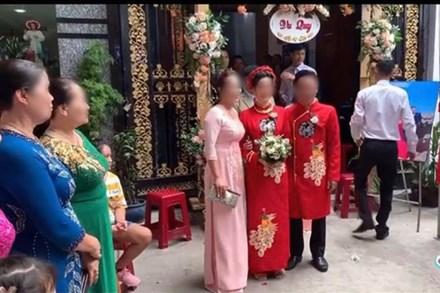 Màn rước dâu hiếm có: Mẹ chồng dắt tay con dâu đi thẳng sang nhà