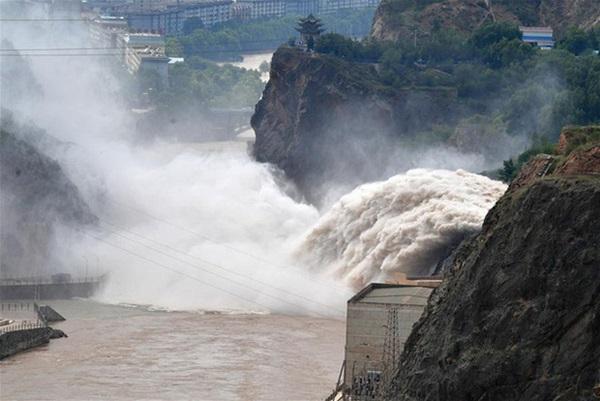 Cảnh xả nước lũ choáng ngợp hiếm gặp trên thượng nguồn sông Hoàng Hà-2