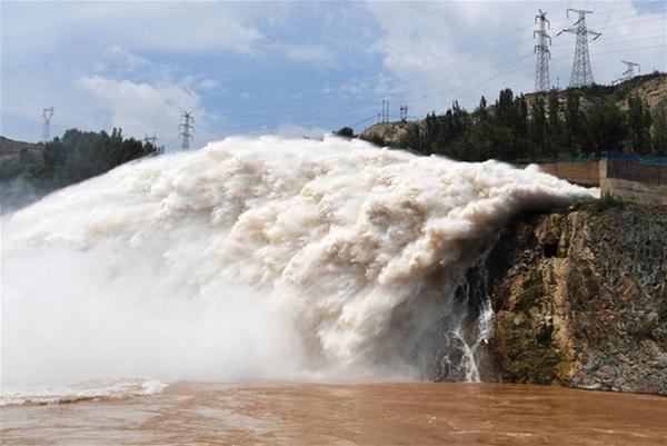Cảnh xả nước lũ choáng ngợp hiếm gặp trên thượng nguồn sông Hoàng Hà-10