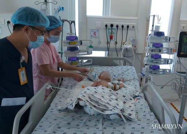 """Chứng nhân"""" của 6 ca tách dính tại Việt Nam kể lại khoảnh khắc căng não chia đại tràng cho Trúc Nhi – Diệu Nhi-7"""