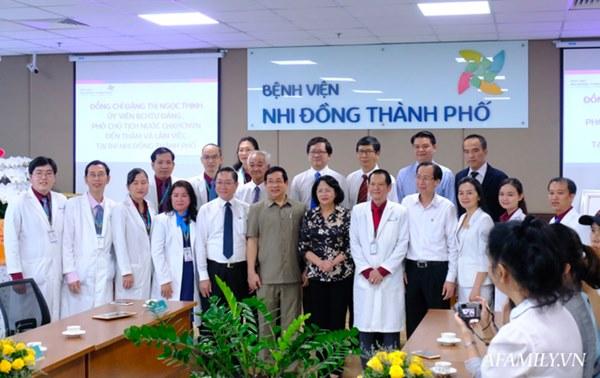 """Chứng nhân"""" của 6 ca tách dính tại Việt Nam kể lại khoảnh khắc căng não chia đại tràng cho Trúc Nhi – Diệu Nhi-9"""