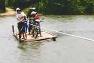 Giữa dòng nước xiết, xót cảnh trẻ nhỏ vượt sông trên bè tự chế