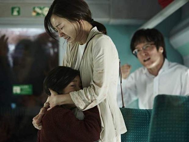 6 giả thuyết rợn người ở bom tấn Train To Busan 2: Con gái Gong Yoo vẫn còn sống, zombie sắp xâm chiếm cả thế giới rồi?-5