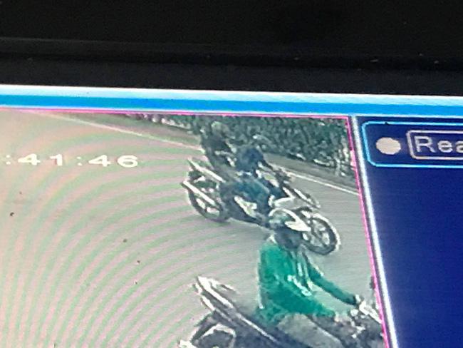 Người phụ nữ bị 2 tên cướp giật iPhone 11 Pro Max, kéo lê dưới đường giữa ban ngày-2