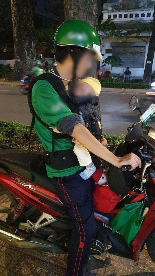 Người đàn ông chạy xe ôm mang theo con nhỏ, không nhận ủng hộ vì lí do bất ngờ-2