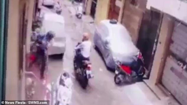 Bị 2 người lạ mặt xông vào tận cửa bắt cóc con gái 4 tuổi, bà mẹ nhanh tay phản ứng khiến kẻ xấutháo chạy-1