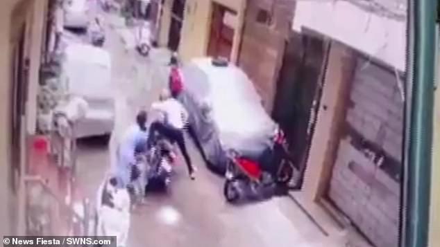 Bị 2 người lạ mặt xông vào tận cửa bắt cóc con gái 4 tuổi, bà mẹ nhanh tay phản ứng khiến kẻ xấutháo chạy-2