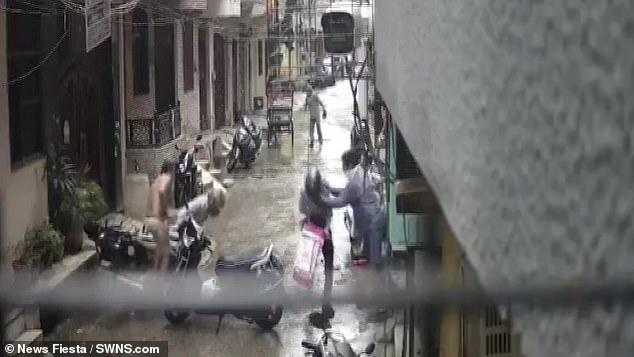 Bị 2 người lạ mặt xông vào tận cửa bắt cóc con gái 4 tuổi, bà mẹ nhanh tay phản ứng khiến kẻ xấutháo chạy-3
