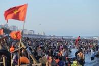 Ảnh: 'Choáng váng' hàng vạn du khách chen chúc nhau tắm biển Sầm Sơn