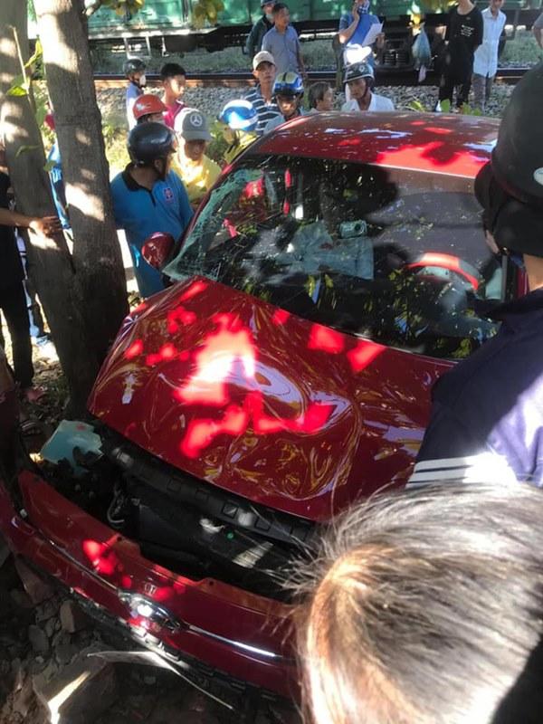 CLIP: Còi hú điếc tai vẫn cố lao vào đường ray, ô tô con bị tàu hỏa tông kinh hoàng-2