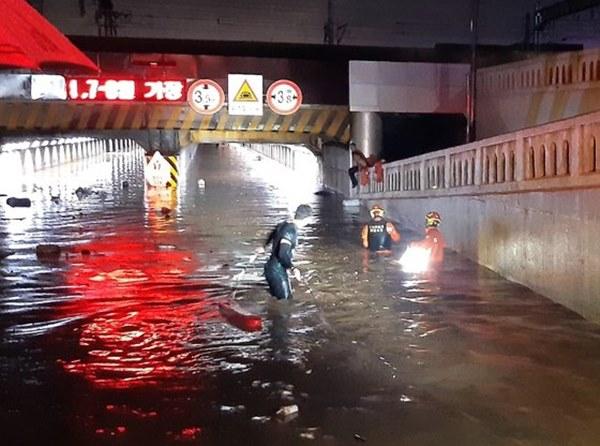 Hàn Quốc: Tuột tay con gái giữa dòng nước lũ gây ngập 2,5m, người mẹ không ngờ đó là giây phút cuối cùng của 2 mẹ con-2