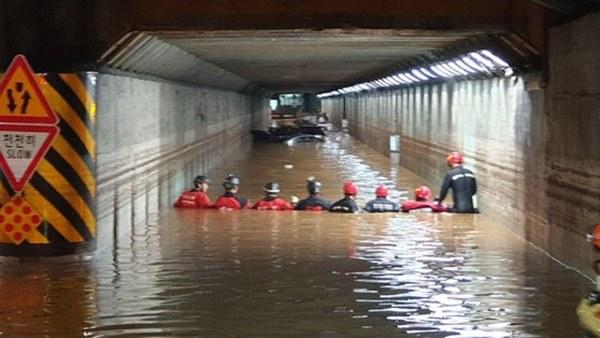 Hàn Quốc: Tuột tay con gái giữa dòng nước lũ gây ngập 2,5m, người mẹ không ngờ đó là giây phút cuối cùng của 2 mẹ con-3