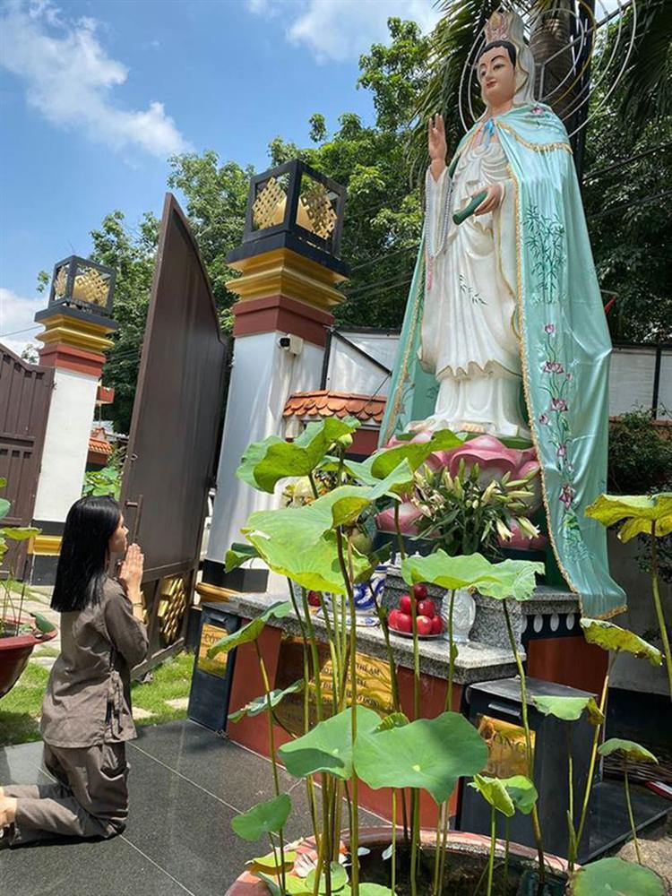Sau loạt ồn ào, Hoa hậu Jolie Nguyễn chia sẻ hình ảnh để mặt mộc khá tiều tuỵ đi lễ chùa tìm bình yên-1