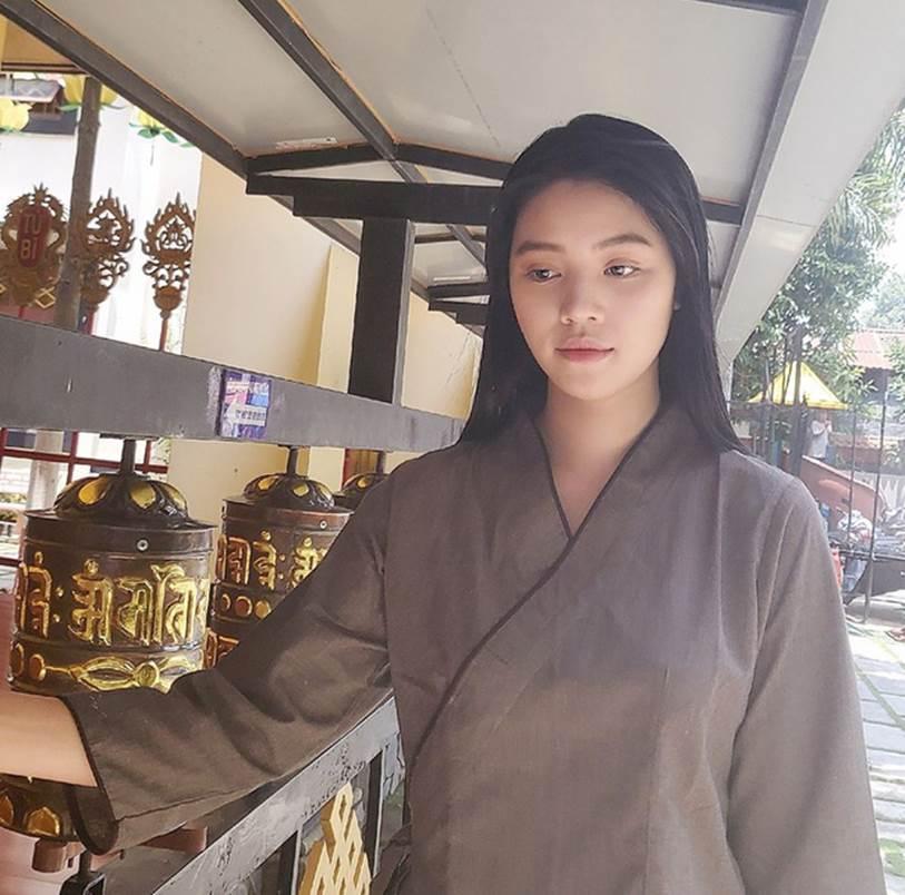 Sau loạt ồn ào, Hoa hậu Jolie Nguyễn chia sẻ hình ảnh để mặt mộc khá tiều tuỵ đi lễ chùa tìm bình yên-2