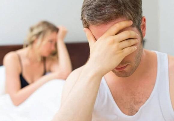Vợ thản nhiên ngồi chơi đùa với đám thanh niên, để mặc mẹ chồng dưới bếp với 5 mâm bát đĩa và cái kết gây sốc-2
