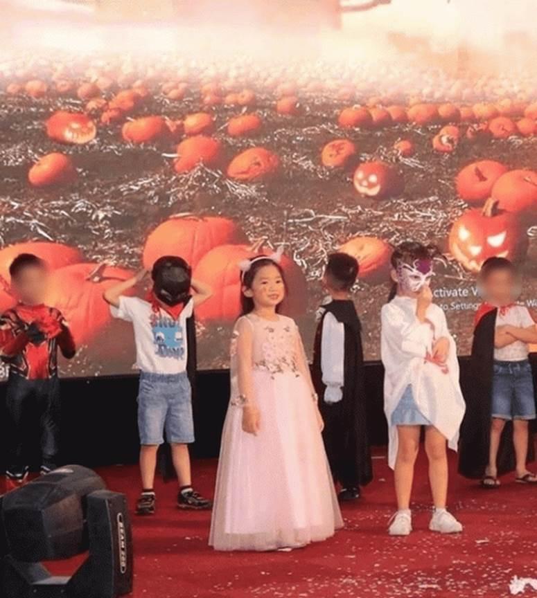 Rộ hình ảnh con gái Mai Phương rạng rỡ, xinh xắn như tiểu công chúa, bà nội đồng hành trong lễ bế giảng-2