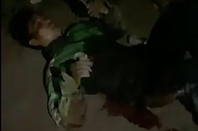 Vụ tài xế GrabBike bị đâm 6 nhát nguy kịch, cướp xe máy trong đêm: Nghi phạm còn lại ra đầu thú-2