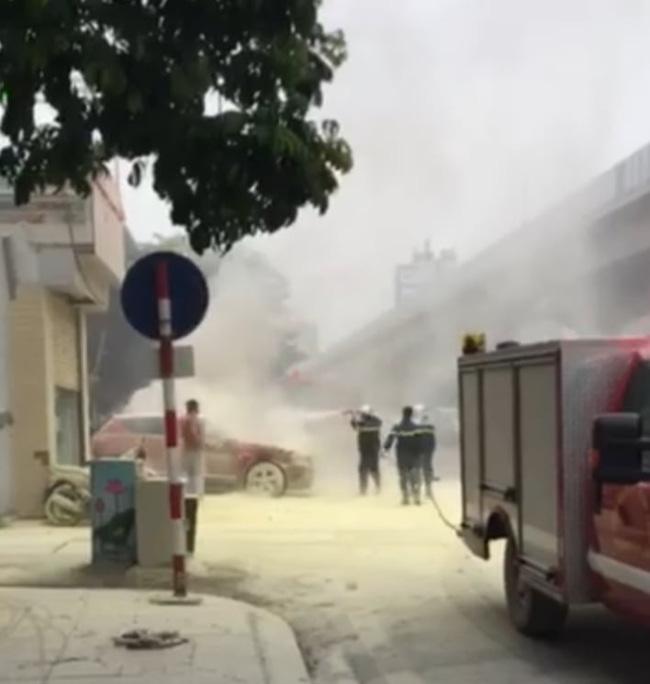 Xe ô tô bất ngờ bốc cháy dữ dội đúng lúc đang lùi vào đổ xăng-1