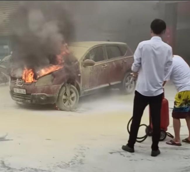 Xe ô tô bất ngờ bốc cháy dữ dội đúng lúc đang lùi vào đổ xăng-3
