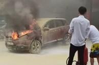 Xe ô tô bất ngờ bốc cháy dữ dội đúng lúc đang lùi vào đổ xăng