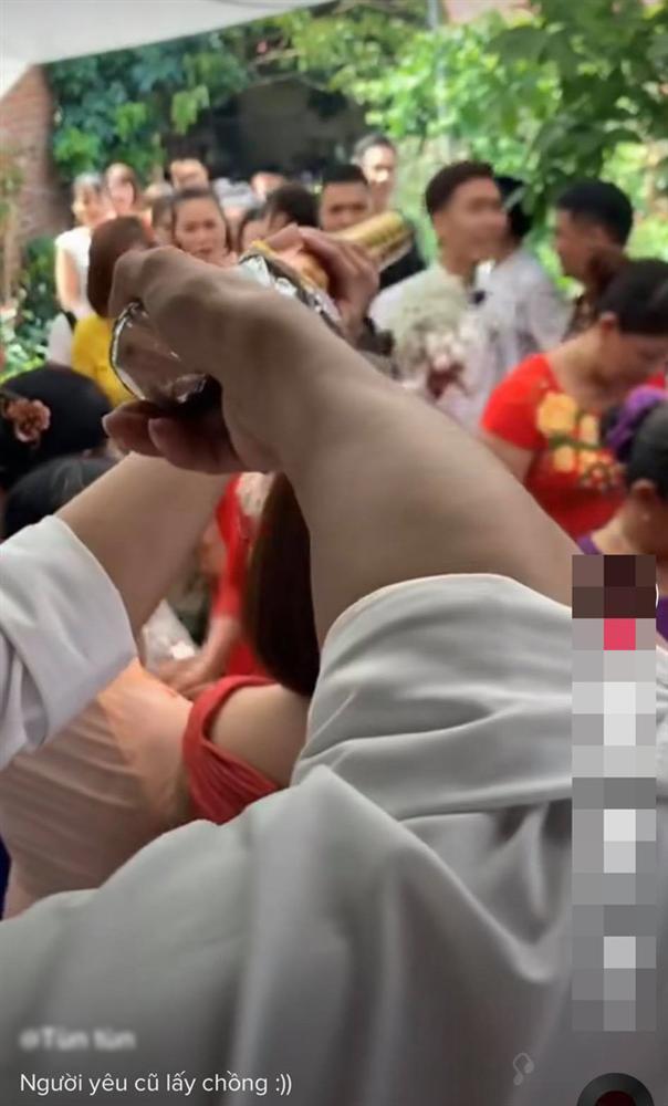 """Chú rể hân hoan rước dâu vào nhà làm lễ thì điếng người với màn chào hỏi của nhân vật giấu mặt mà dân mạng đồn đoán là người yêu cũ cô dâu""""-1"""