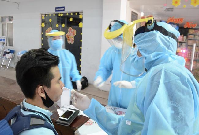 Con gái và cháu ngoại bệnh nhân 420 tại chung cư Lạc Long Quân âm tính với COVID-19, người Sài Gòn thở phào-1