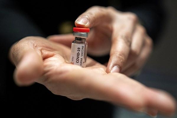 Tin vui: Mỹ bắt đầu thử nghiệm lâm sàng giai đoạn 3 vắc xin Covid-19 trên 30.000 người-2