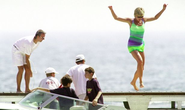 Điều ít biết về bức ảnh nhạy cảm trị giá 29 tỷ đồng của Công nương Diana cùng bạn trai, đây cũng là điềm báo gây ra vụ tai nạn thảm khốc-2