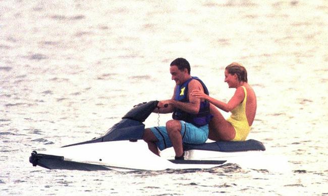 Điều ít biết về bức ảnh nhạy cảm trị giá 29 tỷ đồng của Công nương Diana cùng bạn trai, đây cũng là điềm báo gây ra vụ tai nạn thảm khốc-5