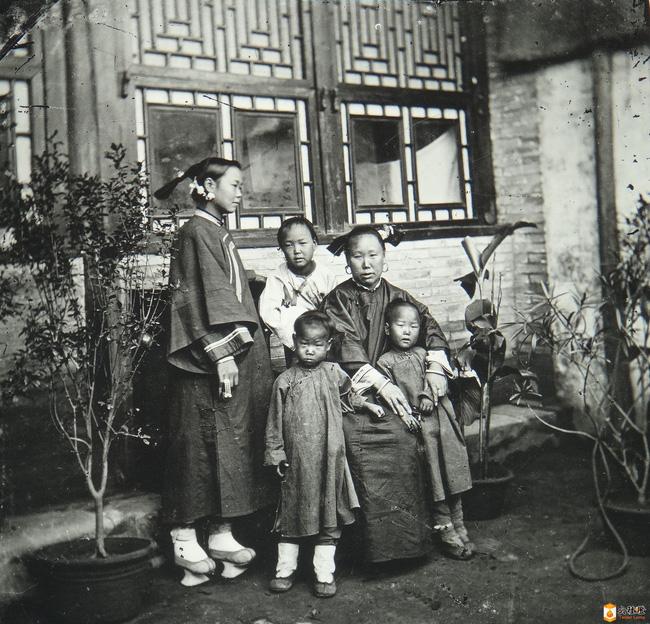 Loạt ảnh cũ của những đứa trẻ cuối thời nhà Thanh: Người sống trong nhung lụa từ bé, kẻ áo rách đói ăn khát uống quanh năm-4