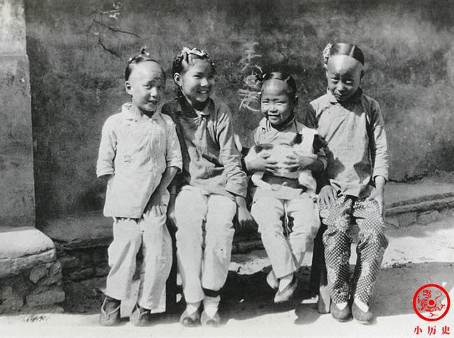 Loạt ảnh cũ của những đứa trẻ cuối thời nhà Thanh: Người sống trong nhung lụa từ bé, kẻ áo rách đói ăn khát uống quanh năm-6
