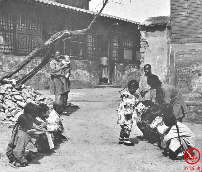 Loạt ảnh cũ của những đứa trẻ cuối thời nhà Thanh: Người sống trong nhung lụa từ bé, kẻ áo rách đói ăn khát uống quanh năm-10