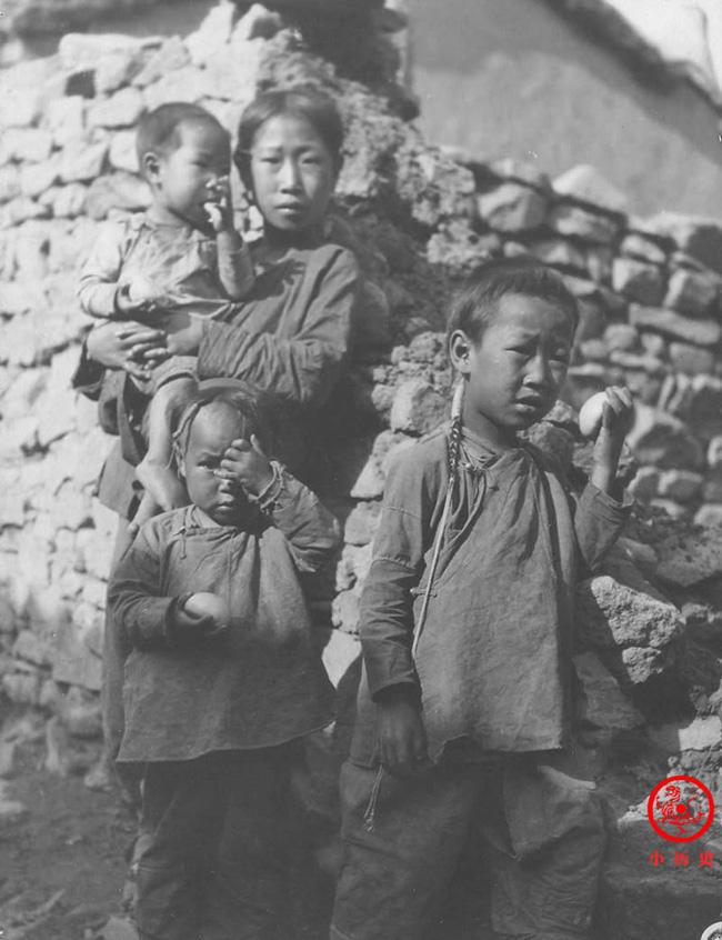Loạt ảnh cũ của những đứa trẻ cuối thời nhà Thanh: Người sống trong nhung lụa từ bé, kẻ áo rách đói ăn khát uống quanh năm-11
