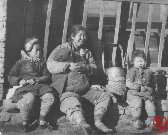 Loạt ảnh cũ của những đứa trẻ cuối thời nhà Thanh: Người sống trong nhung lụa từ bé, kẻ áo rách đói ăn khát uống quanh năm-12