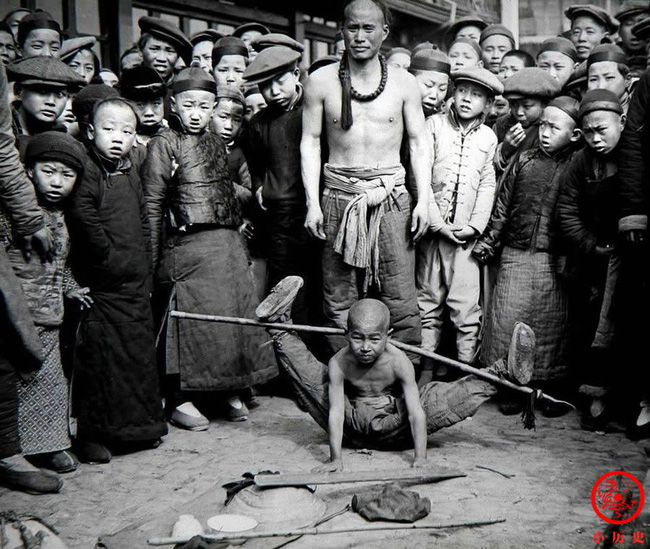 Loạt ảnh cũ của những đứa trẻ cuối thời nhà Thanh: Người sống trong nhung lụa từ bé, kẻ áo rách đói ăn khát uống quanh năm-7