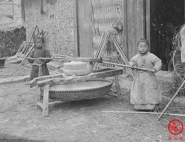 Loạt ảnh cũ của những đứa trẻ cuối thời nhà Thanh: Người sống trong nhung lụa từ bé, kẻ áo rách đói ăn khát uống quanh năm-8