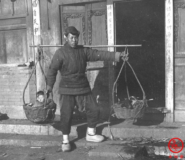 Loạt ảnh cũ của những đứa trẻ cuối thời nhà Thanh: Người sống trong nhung lụa từ bé, kẻ áo rách đói ăn khát uống quanh năm-9